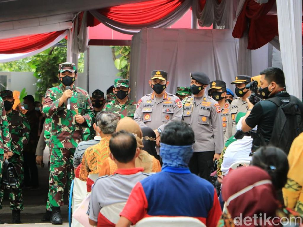 Tinjau Vaksinasi di Surabaya, Panglima TNI Minta Tetap 3M Meski Sudah Divaksin