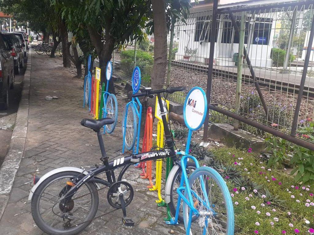 Kondisi #ParkiruntukSepeda di Stasiun Bekasi Setelah Ada Rak Baru