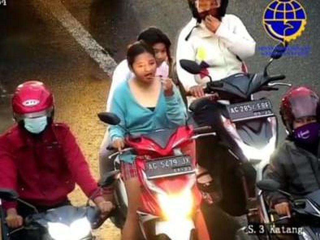 Pemotor Wanita Tak Pakai Helm Makan Saat Lampu Merah, Ditegur Malah Ngacir