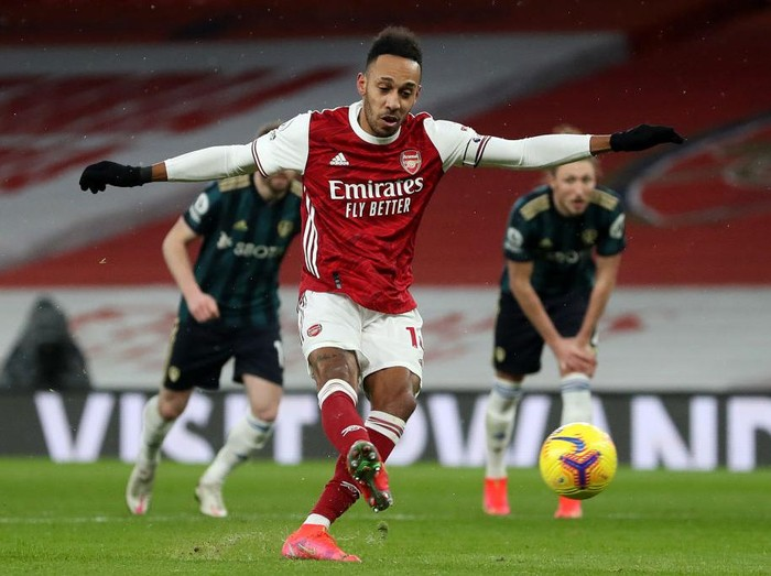 LONDON, ENGLAND - FEBRUARY 14: Pierre Emerick Aubameyang of Arsenal scores their sides second goal from the penalty spot during the Premier League match between Arsenal and Leeds United at Emirates Stadium on February 14, 2021 in London, England. Sporting stadiums around the UK remain under strict restrictions due to the Coronavirus Pandemic as Government social distancing laws prohibit fans inside venues resulting in games being played behind closed doors. (Photo by Catherine Ivill/Getty Images)