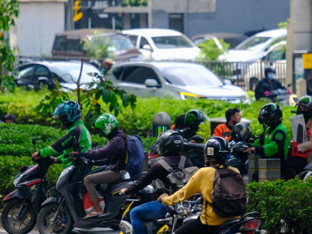 Alasan Ojol Mangkal di Trotoar Penyeberangan Depan Mal Kuningan City