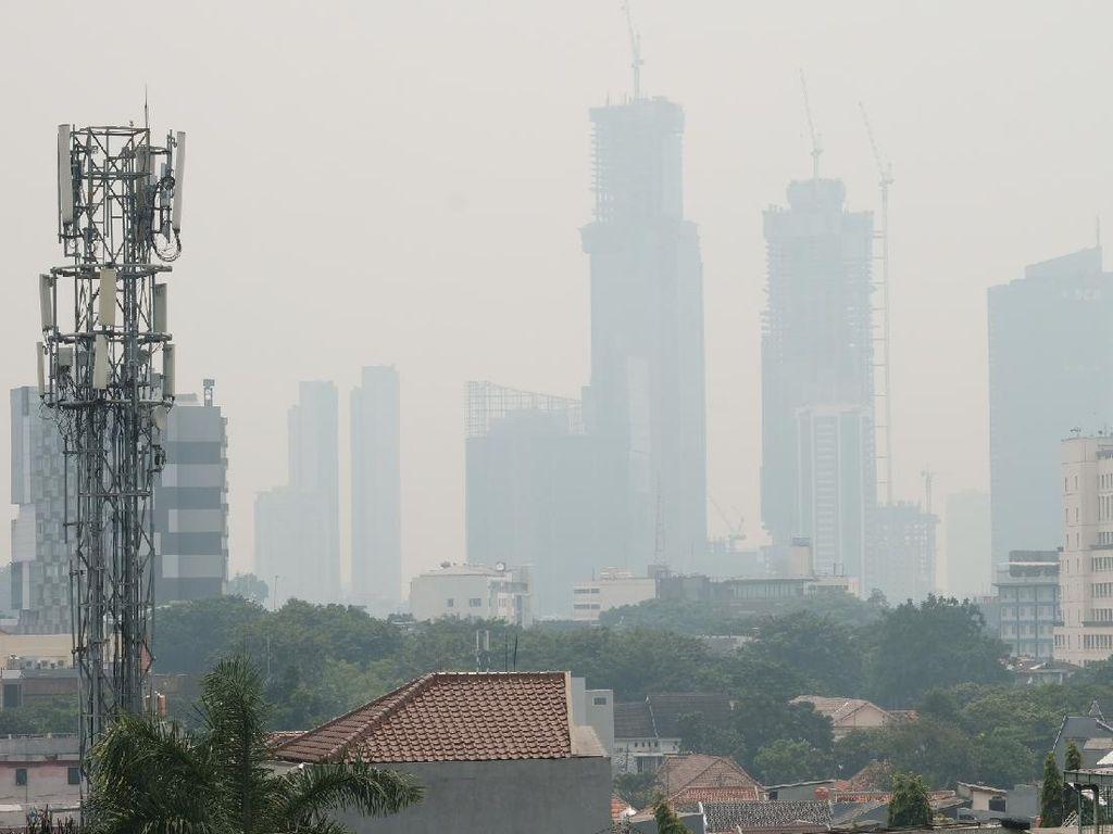 Potret Langit Jakarta Berkabut Siang Ini