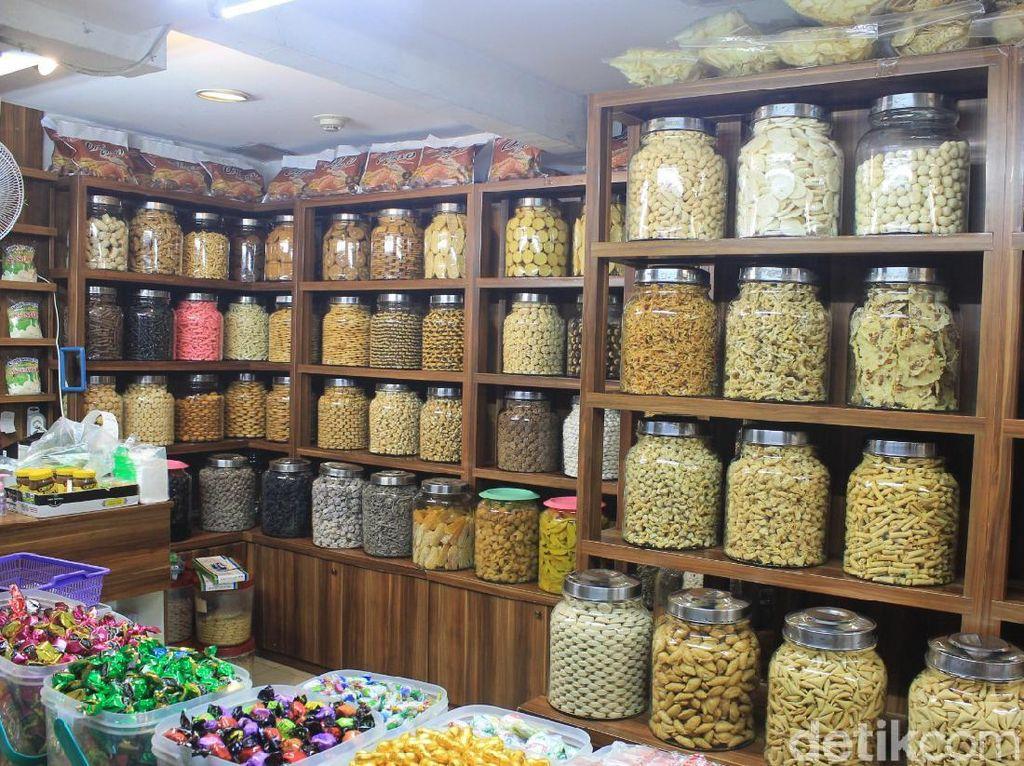 Toko Anggrek, Surga Snack yang Lengkap di Pasar Mayestik