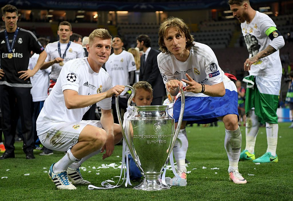 MILAN, ITALY - MAY 28:  Toni Kroos of Real Madrid and Luka Modric of Real Madrid celebrate with the Champions League trophy after the UEFA Champions League Final match between Real Madrid and Club Atletico de Madrid at Stadio Giuseppe Meazza on May 28, 2016 in Milan, Italy.  (Photo by Matthias Hangst/Getty Images)