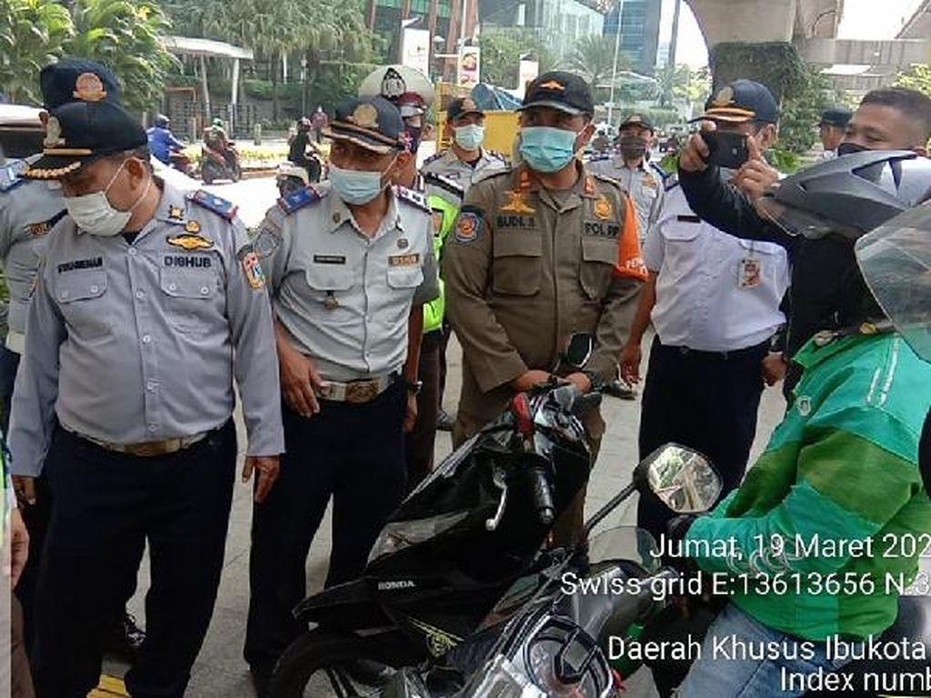 Dishub Gebah Pemotor yang Putar Balik di Trotoar Depan Mal Kuningan City