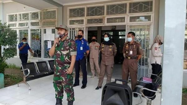 Foto beredar di media sosial saat Kasatpol PP Takalar Muhammad Alwi memimpin apel menggunakan seragam loreng (dok. Istemewa).