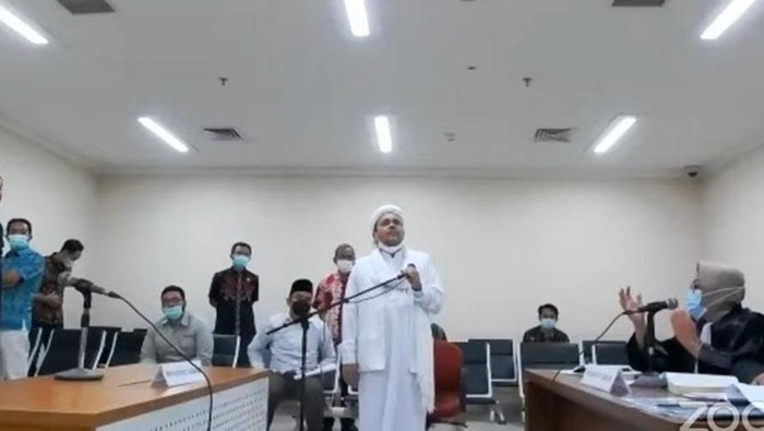 Habib Rizieq Shihab saat dibawa ke ruang sidang virtual (dok. YouTube PN Jaktim)