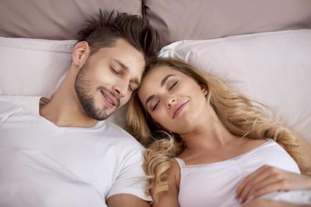 Ilustrasi pasangan setelah berhubungan intim.