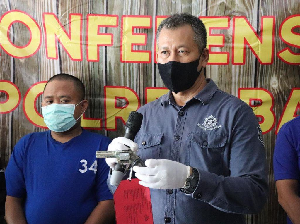 Nekat! Pria Ini Todong Kasir Toko Pakai Pistol Mainan di Siang Bolong