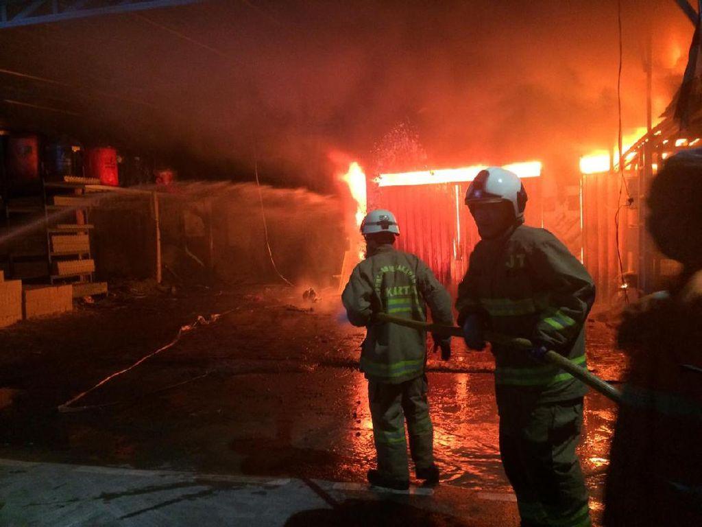 Ruko di Pasar Rebo Jaktim Terbakar, 6 Unit Damkar Dikerahkan