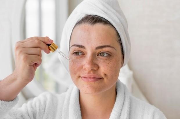 Keunggulan serum wajah lainnya adalah kemampuannya untuk mencerahkan kulit kusam. Serum pencerah warna kulit bekerja dengan menghaluskan kulit, memudarkan segala noda atau bintik matahari, warna kulit kusam, dan mengurangi hiperpigmentasi.