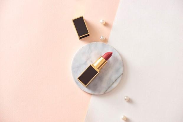 Methylparaben berada dalam kandungan lipstik karena bersifat antijamur dan dalam bekerja sebagai pengawet. Ini juga banyak digunakan di kosmetik lain. Tujuannya untuk mengawetkan dan mencegah tumbuhnya jamur pada produk.