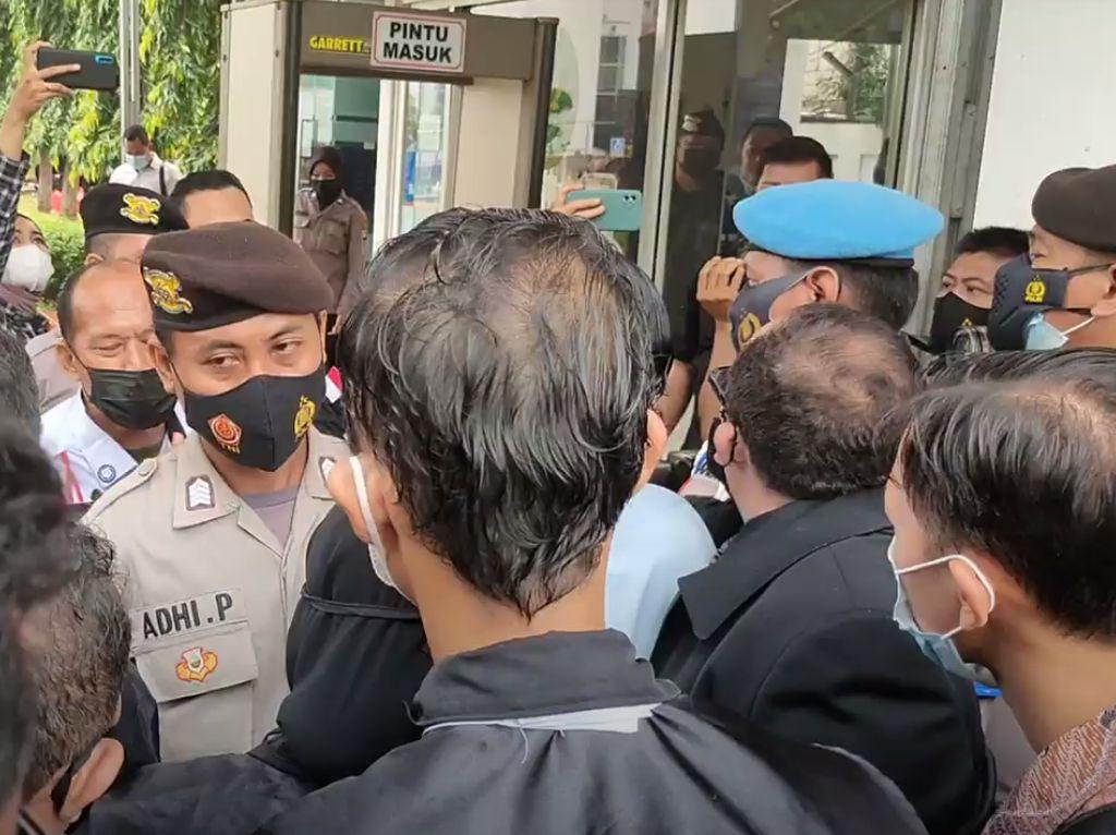 Momen Pengacara Habib Rizieq Tertahan di PN Jakarta Timur!