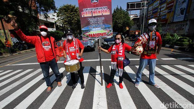 Sejumlah suporter Persis Solo berkumpul diperempatan Ngarsopuro untuk mengkampanyekan nonton Piala Menpora di rumah saat pandemi.