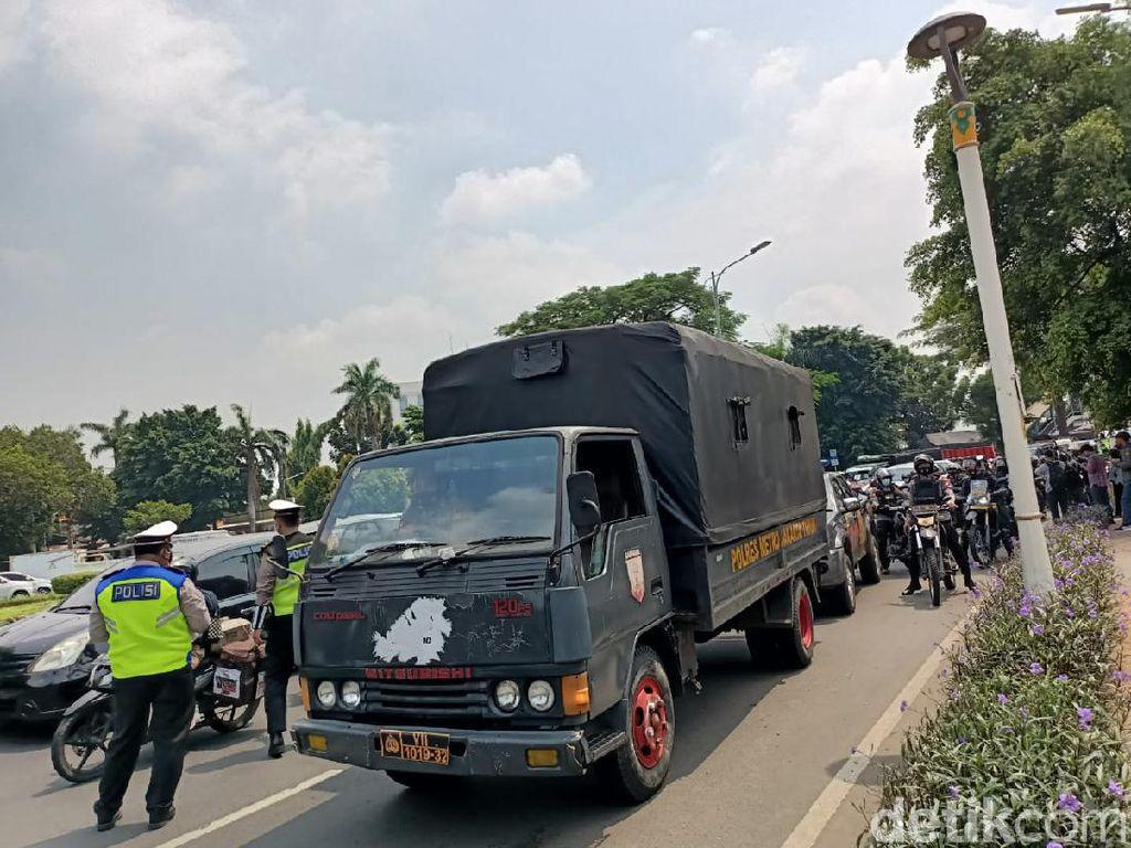 Berkerumun di Dekat PN Jaktim, 36 Simpatisan Habib Rizieq Diamankan Polisi