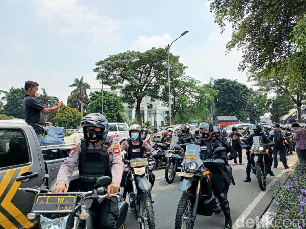 Polisi Bubarkan Pengikut HRS yang Berkerumun di Sekitar PN Jaktim