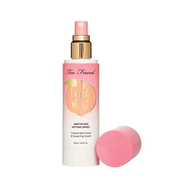 Too Faced memiliki setting spray yang mengatur dan menyegarkan riasan wajah dengan hasil akhir matte yang nyaman dan mengontrol minyak.