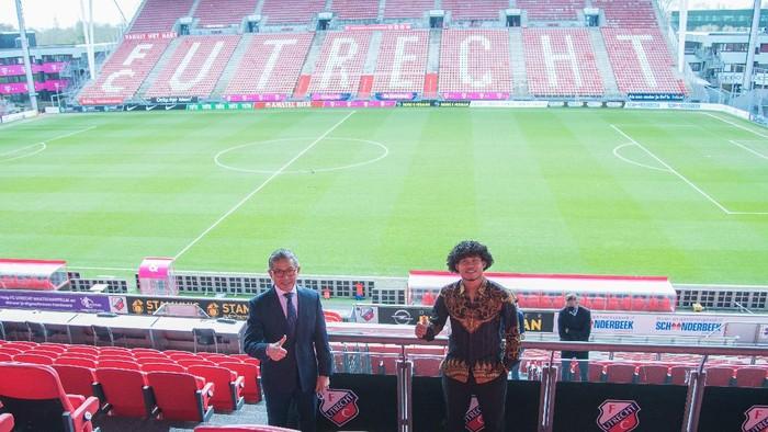 Kunjungan Tim KBRI Den Haag, di bawah komando Mayerfas selaku Dubes RI di Den Haag, Belanda, ke stadion Galgenwaard yang menjadi markas FC Utrecht sekaligus tempat Bagus Kahfi bernaung saat ini.
