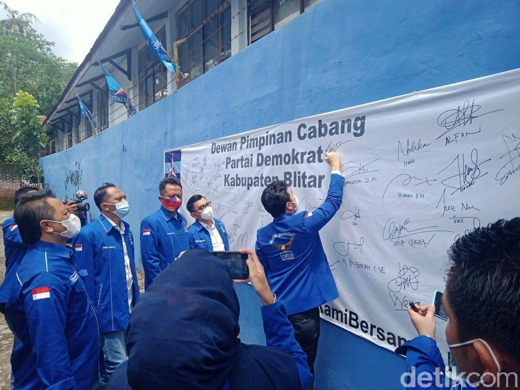 Silaturahmi ke Demokrat Blitar, Emil Tanda Tangan Petisi Tolak KLB Deli Serdang