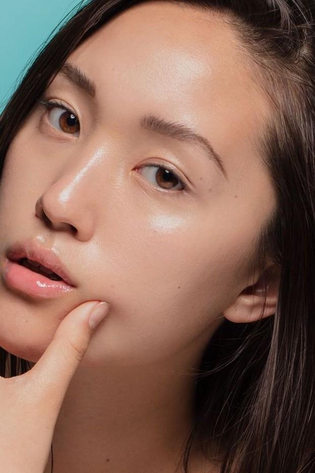 Potret model dengan dewy skin