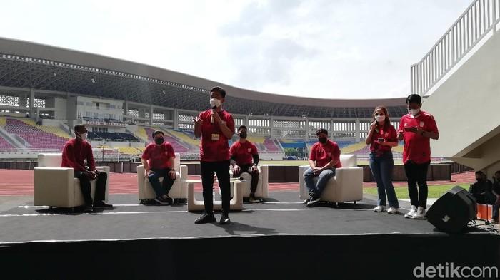 Wali Kota Solo Gibran Rakabuming Raka memberikan sambutan saat perkenalan pemilik baru Persis Solo di Stadion Manahan, Solo, Sabtu (20/3/2021).
