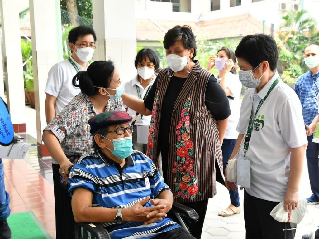 Waket MPR Puji Alumni Sekolah Ursulin yang Sediakan Vaksinasi Lansia