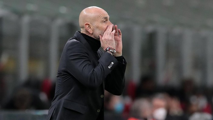MILAN, ITALY - MARCH 18: AC Milan coach Stefano Pioli issues instructions to his players during the UEFA Europa League Round of 16 Second Leg match between AC Milan and Manchester United at San Siro on March 18, 2021 in Milan, Italy. Sporting stadiums around Europe remain under strict restrictions due to the Coronavirus Pandemic as Government social distancing laws prohibit fans inside venues resulting in games being played behind closed doors. (Photo by Emilio Andreoli/Getty Images)