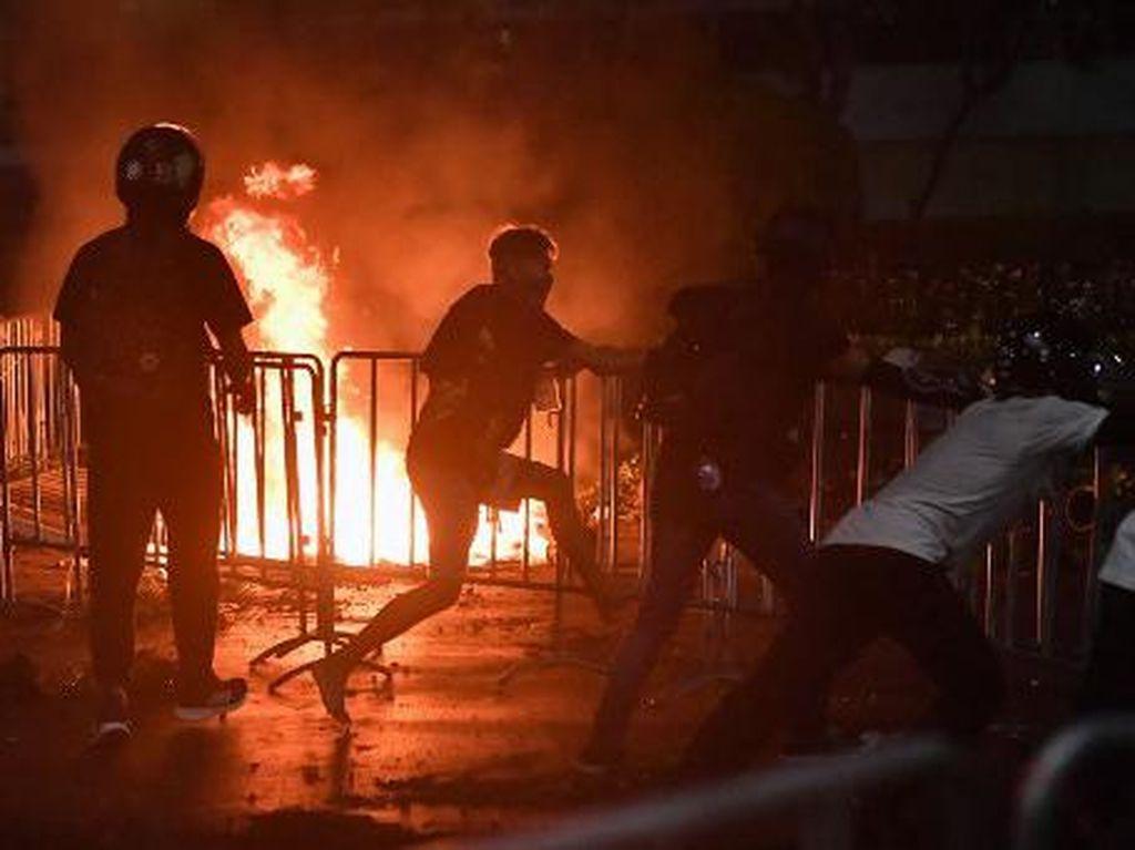 Demo Tuntut Reformasi di Kompleks Istana Raja Thailand, Massa-Polisi Bentrok