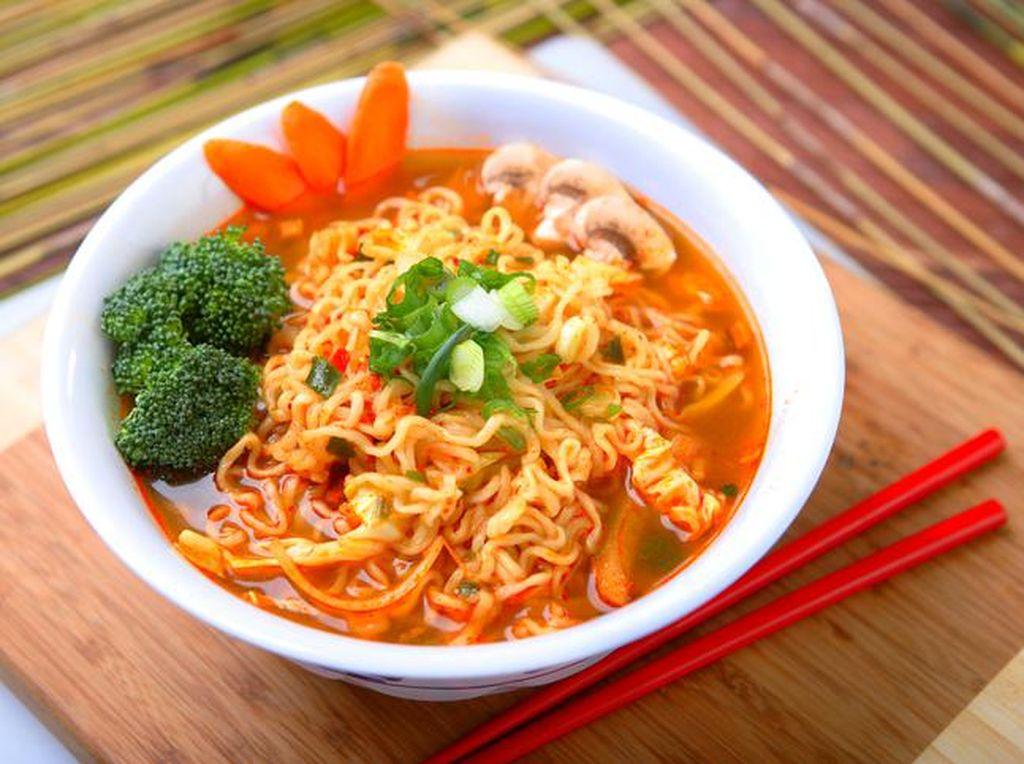 4 Cara Sehat Makan Mie Instan untuk Kamu yang Lagi Diet