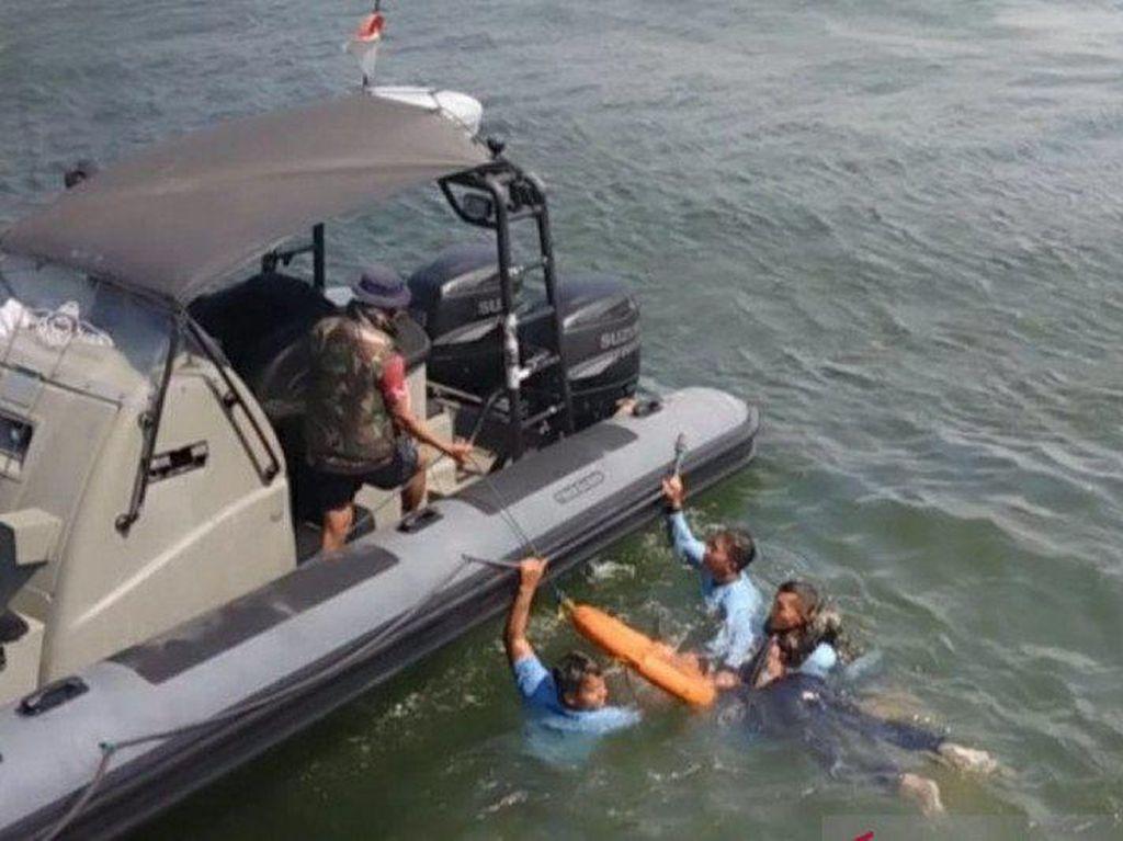 Petugas Evakuasi Penumpang Kapal Tenggelam di Teluk Jakarta saat Latihan