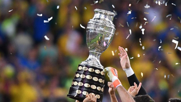 RIO DE JANEIRO, BRAZIL - JULY 07: Dani Alves of Brazil lifts the trophy after winning the Copa America Brazil 2019 Final match between Brazil and Peru at Maracana Stadium on July 07, 2019 in Rio de Janeiro, Brazil. (Photo by Pedro Vilela/Getty Images)