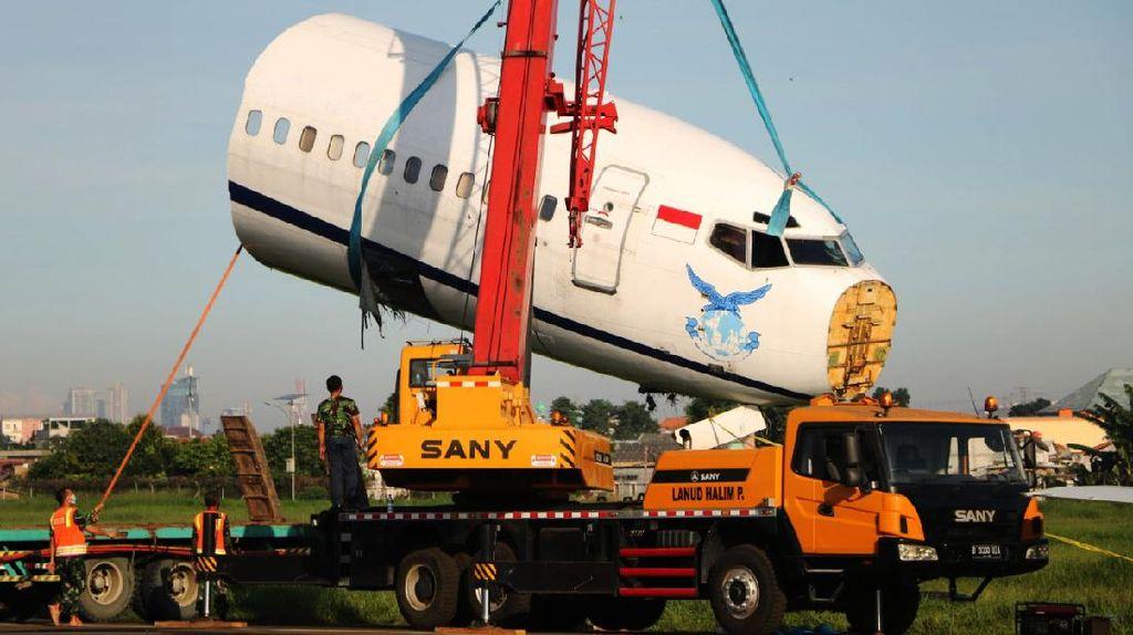 Evakuasi Trigana Air yang Tergelincir di Halim, Badan Pesawat Dipotong