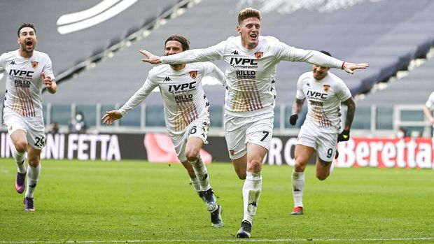 Benevento's Adolfo Gaich, center right, celebrates after scoring during a Serie A soccer match between Juventus and Benevento at the Allianz stadium in Turin, Italy, Sunday, March 21, 2021. Juventus lost 0-1. (Marco Alpozzi/LaPresse via AP)