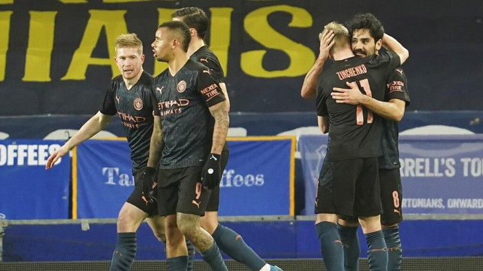 Manchester Citys Ilkay Gundogan, right, celebrates after scoring his sides opening goal during the English FA Cup sixth round soccer match between Everton and Manchester City at Goodison Park in Liverpool, England, Saturday, March 20, 2021. (AP Photo/Jon Super, Pool)
