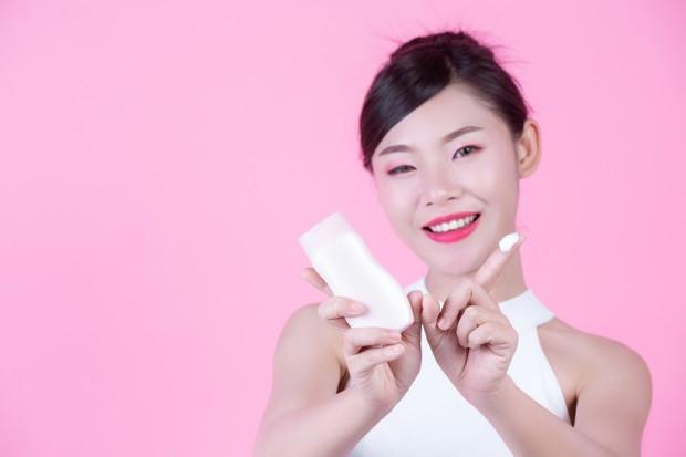 Menggunakan sunscreen untuk melindungi kulit dari matahari/freepik.com