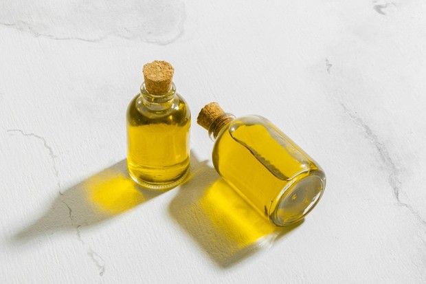 Memakai minyak jojoba untuk rambut.