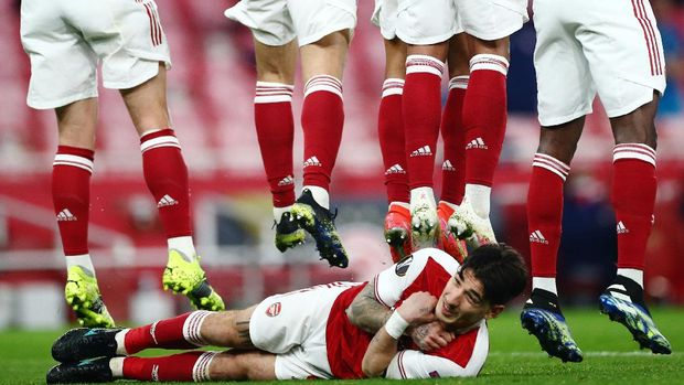 Soccer Football - Europa League - Round of 16 Second Leg - Arsenal v Olympiacos - Emirates Stadium, London, Britain - March 18, 2021 Arsenal's Hector Bellerin lays down behind the wall to defend a free kick REUTERS/Hannah Mckay     TPX IMAGES OF THE DAY