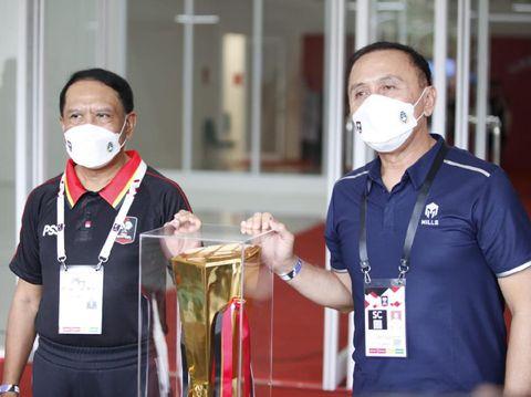 Menpora Zainudin Amali dan Ketum PSSI Mochamad Iriawan berfoto bersama trofi Piala Menpora 2021.