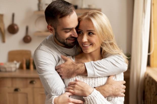 Tips pertama yang bisa kamu lakukan untuk menemukan cinta sejati adalah memastikan bahwa kamu sudah menjadi individu yang benar-benar sehat secara emosional.