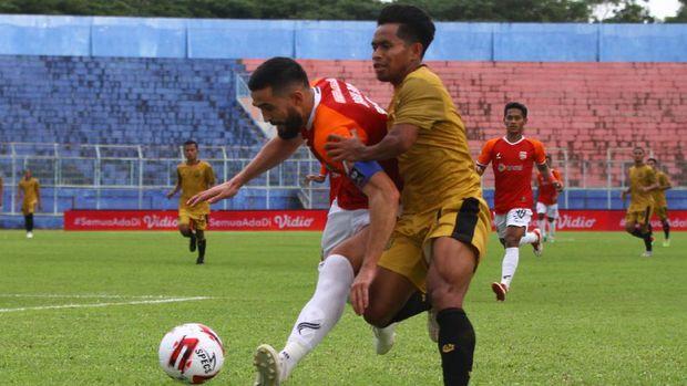 Pesepakbola Borneo FC Samarinda, Javlon Guseynov (kiri) berusaha mempertahankan bola dari pesepakbola Bhayangkara Solo FC, Andik Vermansah (kanan) dalam pertandingan babak penyisihan Grup B Piala Menpora di Stadion Kanjuruhan, Malang, Jawa Timur, Senin (22/3/2021). Bhayangkara Solo FC mengalahkan Borneo FC Samarinda dengan skor akhir 1-0. ANTARA FOTO/Ari Bowo Sucipto/hp.