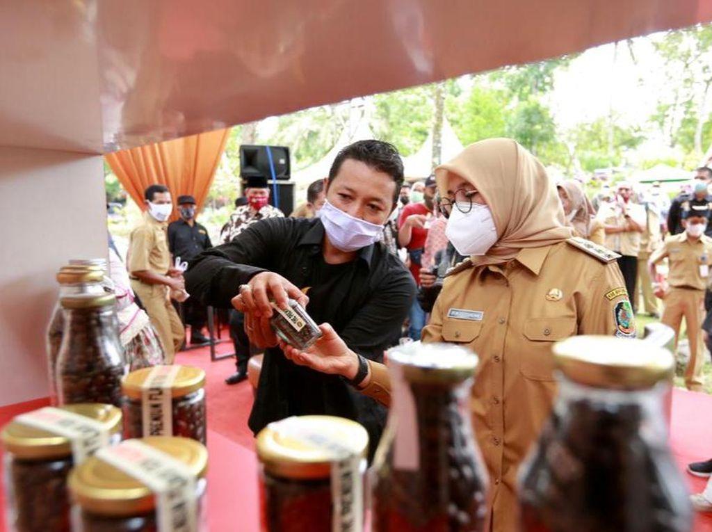 Bupati Ipuk Kenalkan Wine Robusta Coffee di Festival Kopi Banyuwangi