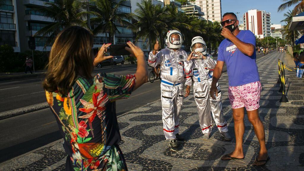 Cegah Corona, Pasutri Ini Lindungi Diri Pake Baju ala Astronot