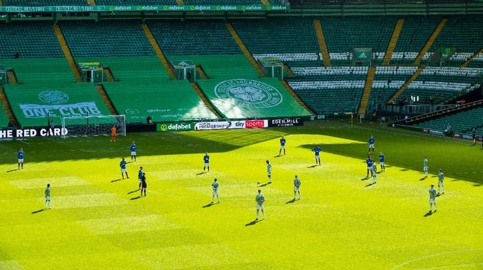 Aksi menolak berlutut di laga Celtic vs Rangers di Celtic Park, Minggu 21 Maret 2021, di Celtic Park, Glasgow.