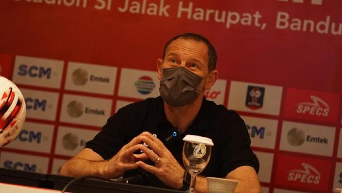 Pelatih PSS Sleman, Dejan Antonic, di press conference menjelang Piala Menpora 2021.