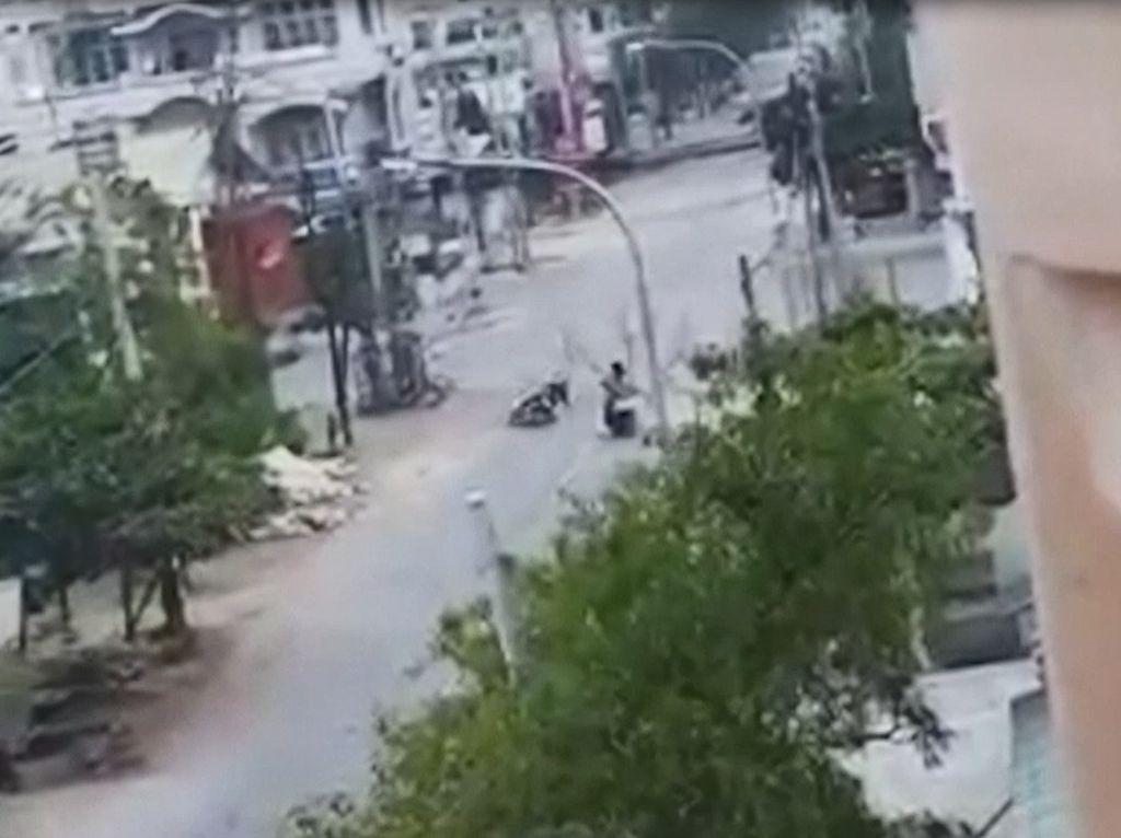 Detik-detik Pengendara Motor di Myanmar Ditembak