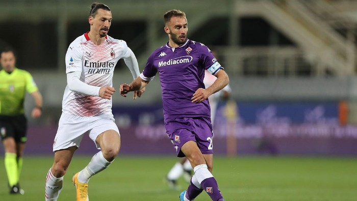 FLORENCE, ITALY - MARCH 21: Zlatan Ibrahimovic of AC Milan in action against German Pezzella of ACF fiorentina during the Serie A match between ACF Fiorentina and AC Milan at Stadio Artemio Franchi on March 21, 2021 in Florence, Italy.  (Photo by Gabriele Maltinti/Getty Images)