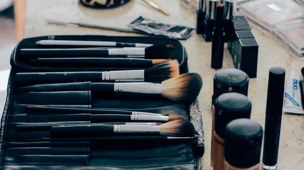 Ilustrasi peralatan makeup.
