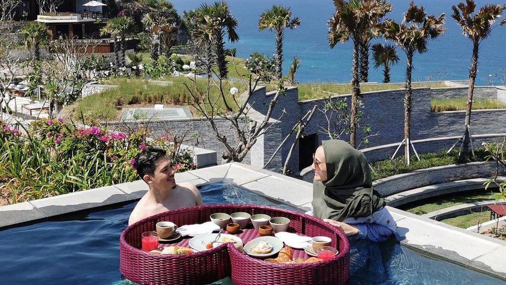 Romantisnya Irwansyah dan Zaskia Sungkar Saat Nikmati Floating Breakfast