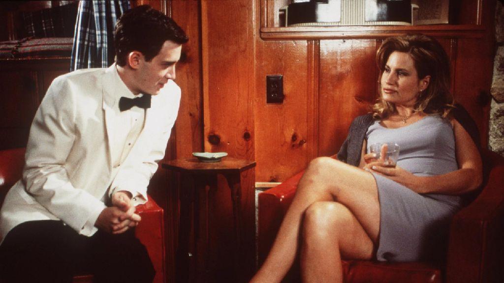 8 Foto Terbaru Jennifer Coolidge, Ibu Stifler yang Seksi di Film American Pie
