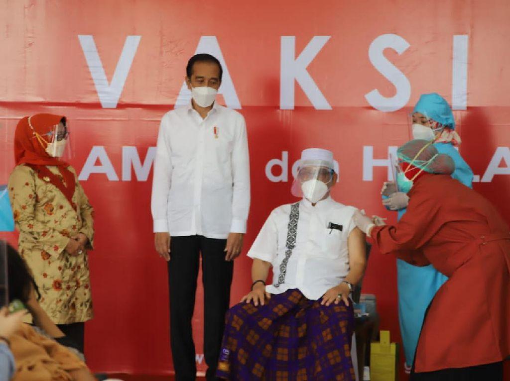 Momen Jokowi Tinjau Vaksinasi Covid-19 di Halmahera Utara